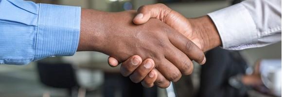 Le « coup de main » entre acheteurs est-il légal ?